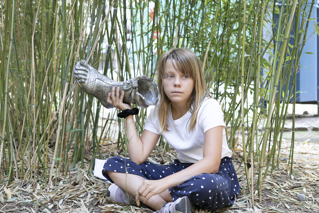Pupil of the Sophie Brahe Schule listens to the foot of Armor