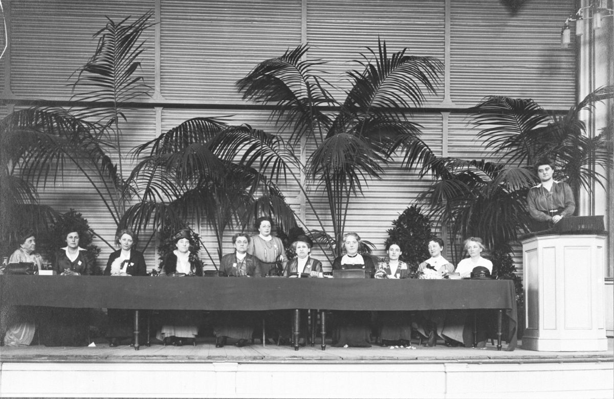 From left to right: Florence Holbrook, Mia Boissevain, Madeleine Doty, Mw. Andrews, Rosa Manus, Aletta Jacobs, Crystal MacMillan, Vilma Glücklich, not known, Cor Ramondt-Hirschmann, Rosika Schwimmer.